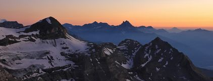 Σκηνή ηλιοβασιλέματος στις ελβετικές Άλπεις Στοκ Εικόνες