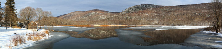 Σκηνή λιμνών χειμερινών βουνών με την καμπίνα σε Berkshires Στοκ Φωτογραφία
