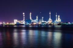 Σκηνή διυλιστηρίων πετρελαίου τη νύχτα Στοκ Εικόνα