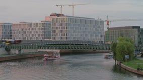 Σκηνή κυκλοφορίας ποταμών ξεφαντωμάτων του Βερολίνου στο ηλιοβασίλεμα απόθεμα βίντεο