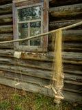 Σκηνή με το παλαιά σπίτι και το δίχτυ του ψαρέματος Στοκ Φωτογραφίες