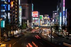 Σκηνή νύχτας με τα αυτοκίνητα που ρέουν στην περιοχή Shinjuku στο Τόκιο, Ιαπωνία Στοκ εικόνα με δικαίωμα ελεύθερης χρήσης