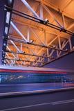 Σκηνή νύχτας με τη φωτισμένες για τους πεζούς γέφυρα και την κυκλοφορία στη θαμπάδα κινήσεων, Πεκίνο, Κίνα Στοκ φωτογραφία με δικαίωμα ελεύθερης χρήσης