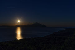 Σκηνή νύχτας με το φεγγάρι που αυξάνεται σε Sithonia, Χαλκιδική, Ελλάδα Στοκ Εικόνα