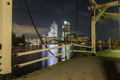 Σκηνή νύχτας με drawbridge στον ποταμό Amstel στο Άμστερνταμ Στοκ φωτογραφία με δικαίωμα ελεύθερης χρήσης