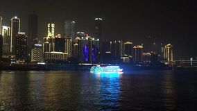 Σκηνή νύχτας μιας σύγχρονης πόλης απόθεμα βίντεο