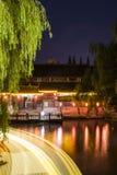 Σκηνή νύχτας οδών νερού Στοκ εικόνες με δικαίωμα ελεύθερης χρήσης
