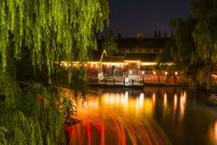 Σκηνή νύχτας οδών νερού Στοκ φωτογραφία με δικαίωμα ελεύθερης χρήσης