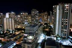 Σκηνή νύχτας πόλεων Waikiki, Χονολουλού. Στοκ Εικόνες