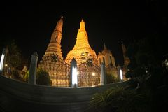 Σκηνή νύχτας σε κύριο Prang του ναού Wat Arun Ratchawararam Ratworamahawihan της Dawn Στοκ εικόνα με δικαίωμα ελεύθερης χρήσης