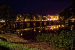 Σκηνή νύχτας σε Värnamo από τον ποταμό στοκ φωτογραφίες