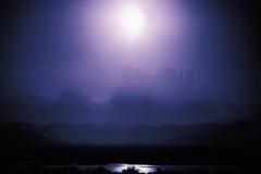 Σκηνή νύχτας στη λίμνη με το σεληνόφωτο Στοκ Φωτογραφία