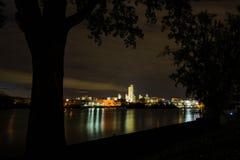 Σκηνή νύχτας της Νέας Υόρκης πόλεων του Άλμπανυ που αντιμετωπίζεται από πέρα από το Hudson σε Renssalear Στοκ Εικόνα