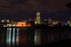 Σκηνή νύχτας της Νέας Υόρκης πόλεων του Άλμπανυ που αντιμετωπίζεται από πέρα από το Hudson σε Renssalear Στοκ Φωτογραφίες