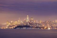 Σκηνή νύχτας του Σαν Φρανσίσκο πέρα από τον κόλπο Στοκ Εικόνα