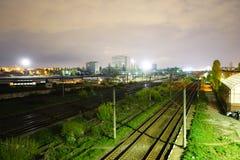 Σκηνή νύχτας των ραγών και του τραίνου στο σταθμό Carpati, Βουκουρέστι, CFR Στοκ εικόνες με δικαίωμα ελεύθερης χρήσης