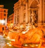 Σκηνή νύχτας Stunningly της φωτισμένης πηγής TREVI στην παλαιά πόλη της Ρώμης, Ιταλία στοκ εικόνες