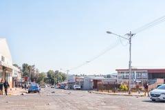 Σκηνή οδών με τα απορρίμματα που σκορπίζονται από τους διαμαρτυρομένους σε Postmasburg στοκ εικόνα με δικαίωμα ελεύθερης χρήσης