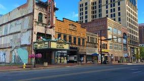 Σκηνή οδών με το παλαιό πολιτικό θέατρο στο Άκρον, Οχάιο στοκ φωτογραφίες με δικαίωμα ελεύθερης χρήσης