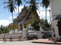Σκηνή οδών στο βουδιστικό μοναστήρι σε Luang Prabang, Λάος Στοκ Εικόνες