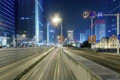 Σκηνή οδών οικοδόμησης πόλεων και οδική επιφάνεια σε wuhan τη νύχτα Στοκ εικόνα με δικαίωμα ελεύθερης χρήσης
