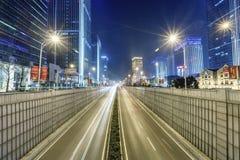 Σκηνή οδών οικοδόμησης πόλεων και οδική επιφάνεια σε wuhan τη νύχτα Στοκ Εικόνα