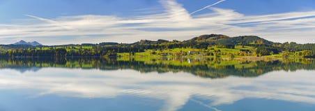 Σκηνή πανοράματος στη Βαυαρία με τα βουνά που αντανακλούν στη λίμνη Στοκ Εικόνες