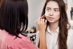 Σκηνή παρασκηνίων: Επαγγελματικός καλλιτέχνης σύνθεσης που κάνει makeup για το yo στοκ φωτογραφία