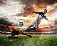 Σκηνή ποδοσφαίρου με τους ανταγωνιστικούς ποδοσφαιριστές στο στάδιο Στοκ Εικόνα