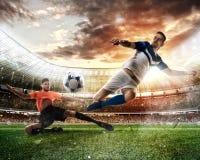 Σκηνή ποδοσφαίρου με τους ανταγωνιστικούς ποδοσφαιριστές στο στάδιο στοκ εικόνες