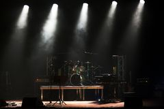 Σκηνή πριν από τη συναυλία με τα τύμπανα στοκ φωτογραφία με δικαίωμα ελεύθερης χρήσης