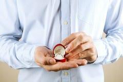 Σκηνή προτάσεων δέσμευσης/γάμου/γάμου Κλείστε επάνω του ατόμου που δίνει το ακριβό χρυσό δαχτυλίδι διαμαντιών λευκόχρυσου στη νύφ Στοκ Φωτογραφίες