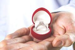 Σκηνή προτάσεων δέσμευσης/γάμου/γάμου Κλείστε επάνω του ατόμου που δίνει το ακριβό χρυσό δαχτυλίδι διαμαντιών λευκόχρυσου στη νύφ Στοκ εικόνες με δικαίωμα ελεύθερης χρήσης