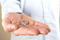 Σκηνή προτάσεων δέσμευσης/γάμου/γάμου Κλείστε επάνω του ατόμου που δίνει το ακριβό χρυσό δαχτυλίδι διαμαντιών λευκόχρυσου στη νύφ Στοκ φωτογραφία με δικαίωμα ελεύθερης χρήσης