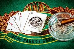 Σκηνή πόκερ με τον πλακατζή πούρων και καρτών Στοκ Εικόνα