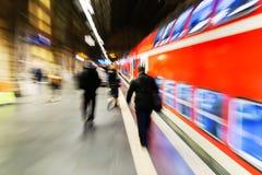 Σκηνή σε έναν σταθμό τρένου με την επίδραση ζουμ στοκ φωτογραφία