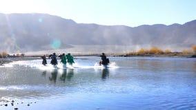 Σκηνή σκιαγραφιών των μογγολικών ιππέων στον ιματισμό παράδοσης απόθεμα βίντεο