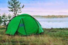 Σκηνή στρατοπέδευσης στην τράπεζα λιμνών στα ξημερώματα Στοκ εικόνες με δικαίωμα ελεύθερης χρήσης