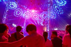 Σκηνή συναυλίας μουσικής στην υπεριώδη ακτίνα Στοκ φωτογραφία με δικαίωμα ελεύθερης χρήσης