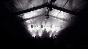Σκηνή συναυλίας στη νύχτα Στοκ εικόνες με δικαίωμα ελεύθερης χρήσης
