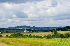 Σκηνή της αγροτικής τακτοποίησης και της εκκλησίας στη Σιβηρία, Ρωσία Στοκ εικόνα με δικαίωμα ελεύθερης χρήσης
