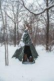 Σκηνή τουριστών που τίθεται σε έναν χειμερινό χιονώδη τομέα στοκ εικόνες