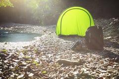 Σκηνή τουριστών στο στρατόπεδο κοντά στον ποταμό βουνών Στοκ εικόνες με δικαίωμα ελεύθερης χρήσης