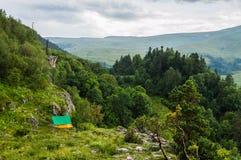 Σκηνή τουριστών στο στρατόπεδο μεταξύ του λιβαδιού στο βουνό Στοκ φωτογραφίες με δικαίωμα ελεύθερης χρήσης