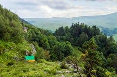 Σκηνή τουριστών στο στρατόπεδο μεταξύ του λιβαδιού στο βουνό Στοκ φωτογραφία με δικαίωμα ελεύθερης χρήσης