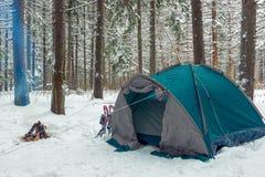 σκηνή τουριστών στο χειμερινό δάσος Στοκ Εικόνες
