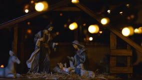 Σκηνή του Ιησούς Χριστού Nativity με τα ατμοσφαιρικά φω'τα και τα κεριά απόθεμα βίντεο