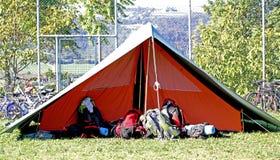 Σκηνή του στρατόπεδου ανιχνεύσεων αγοριών και το σακίδιο που τίθεται έξω υπαίθρια στοκ φωτογραφίες με δικαίωμα ελεύθερης χρήσης