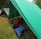 Σκηνή του στρατόπεδου ανιχνεύσεων αγοριών με τα σακίδια πλάτης και τον ύπνο στοκ φωτογραφία με δικαίωμα ελεύθερης χρήσης