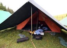 Σκηνή του στρατόπεδου ανιχνεύσεων αγοριών με τα σακίδια πλάτης και το υπνόσακοι ο στοκ εικόνα με δικαίωμα ελεύθερης χρήσης